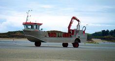 At low tide, strange things are revealed. Strana barca per la bassa marea