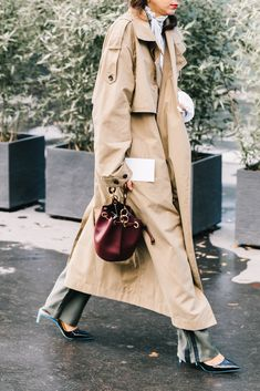 Wondering how to wear your trench coat outfits? Get some inspiration from the street style scene. Street Style Fashion Week, Street Style Chic, Looks Street Style, Looks Style, Mode Outfits, Fashion Outfits, Womens Fashion, Fashion Trends, Sport Fashion