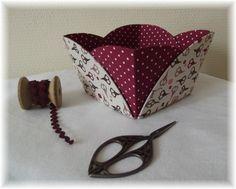 Un petit modèle sympa et original en cartonnage qui m'a donné un peu   de fil à retordre mais dont j'aime les rondeurs !!               M...