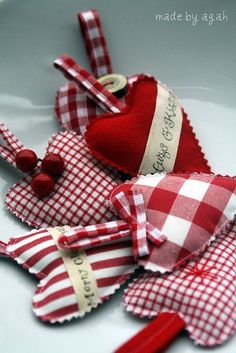 Heart shaped puffy gift ornaments for Christmas or Valentine's Day. Sweet fabric craft hearts, easy to cut,m stuff and sew. Valentine Day Crafts, Christmas Projects, Felt Crafts, Holiday Crafts, Holiday Fun, Valentines, Noel Christmas, All Things Christmas, Christmas Ornaments