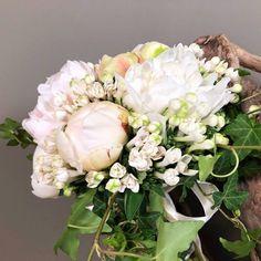 027f3030a25f Νυφικό Ανθοδέσμη γάμου από λευκές και ροζ παιώνιες