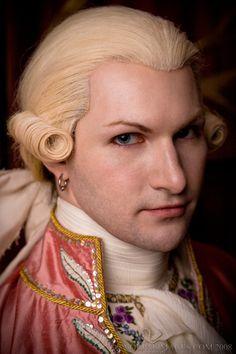 Sir Arnold Feltz  Lady Olford kíséretéhez tartozik. Bár rangban és vagyonban jócskán az asszony alatt áll, valamilyen különös okból a lady másként bánik vele, mint a többiekkel.