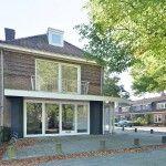 Royale, aan plein gelegen, gemoderniseerde bovenwoning in #Heemstede. Indeling: Begane grond; entree, hal met trap naar 1e verdieping: Overloop, ruime, lichte woonkamer (5.28x8.77) met balkon op het westen, moderne open keuken –in U-opstelling-, moderne badkamer. http://www.vanwonderen.nl/objecten/wipperplein-4-heemstede/
