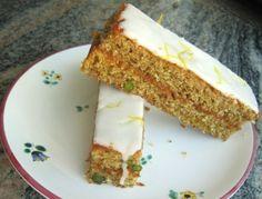 Für den Topfen-Zitronen-Kuchen ein Backblech mit Backpapier auslegen. Backrohr auf 180 °C Ober- und Unterhitze vorheizen. Butter, Zucker und Eier