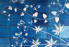 Glithero – Céramique au cyanotype. Le Studio Glithero, c'est un duo de designers amoureux (Tim Simpson et Sarah van Gameren) basé à Londres, qui voient la vie en bleus de cyanotype. Cré…