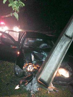 Homem quebra poste com seu veículo na SC 110 em Timbó e foge