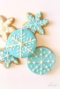 Galletas de copos de nieve Cookies For Kids, Iced Cookies, Christmas Cupcakes, Holiday Cookies, Christmas Desserts, Christmas Treats, Frozen Cookies, Frozen Cake, Frozen Theme Party