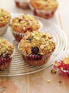Ricardo& recipe : Berry and Pistachio Muffins Pistachio Muffins, Pistachio Dessert, Raspberry Muffins, Pumpkin Muffin Recipes, Muffin Tin Recipes, Baking Recipes, Dessert Bread, Breakfast Dessert, Dessert Ricardo
