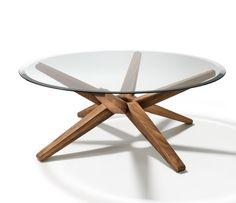 table basse avec un plateau en verre et pieds en bois