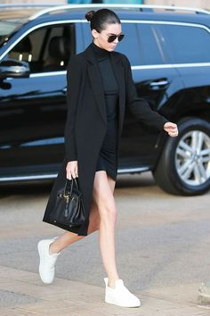 Street Style Kendall Jenner - plain white sneakers, black body con dress, long black blazer, slicked back bun Street Style Outfits, Looks Street Style, Mode Outfits, Fashion Outfits, Sneakers Street Style, Outfits 2016, Summer Outfits, Womens Fashion, Kendall Jenner Outfits