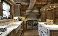 We keep inspiring you with adorable and warming up interiors, and today I'd like to share some chalet kitchens. A chalet kitchen is a very cozy space . Chalet Design, Küchen Design, House Design, Modern Design, Design Ideas, Chalet Chic, Chalet Style, Ski Chalet, Chalet Interior
