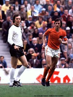 The 1974 World Cup final was contested by the wildly talented Dutch and West German teams. The former will be remembered for the magic of Johan Cruyff, whose ability to glide past defenders has… Pure Football, Football Icon, Best Football Players, Football Is Life, Retro Football, World Football, Soccer Players, Adidas Football, Football Soccer