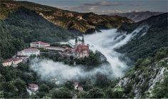 8 santuarios coqueteando con el abismo - Basílica Covadonga http://www.escapadarural.com/blog/santuarios-coqueteando-con-el-abismo/