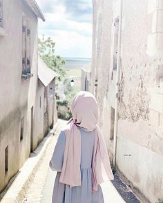 Image may contain: one or more people, people standing and outdoor # girl hijab Stylish Hijab, Modest Fashion Hijab, Modern Hijab Fashion, Muslim Women Fashion, Hijab Fashion Inspiration, Hijab Chic, Arab Girls Hijab, Muslim Girls, Hijabi Girl