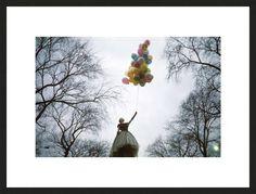 Jerry Schatzberg   Trunk Archive, Balloons in the Park, 1969 / 2013 © www.lumas.de/ #Lumas60er,  Ast,  Äste,  Ballon,  Ballons,  Baum,  Bäume,  Baumkrone,  Baumkronen,  bunt,  Fantasie,  fantastisch,  fliegen,  Fotografie,  Frau,  Frauen,  grau,  Handschuh,  Handschuhe,  Kleid,  Kleider,  Luftballon,  Luftballons,  Mode,  Park,  Parks,  sechziger