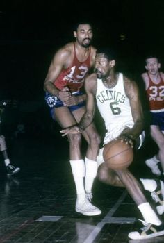 The Sports Alley: Classic NBA Throwbacks: Wilt Chamberlain versus Bill Russell I Love Basketball, Basketball Legends, College Basketball, Kentucky Basketball, Kentucky Wildcats, Soccer, Nba Players, Basketball Players, Celtics Basketball