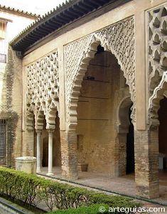 """Patio del Yeso del Alcázar de Sevilla El Alcázar de Sevilla ya existía en época califal y desde entonces, se han sucedido diferentes intervenciones en época taifa, almohade, mudéjar, etc. El tramo del patio propiamente almohade consta de siete arcos lobulados, más grande el central, apoyados sobre pilares. El resto de arcos es sostenido por columnas califales soportando sobre cada uno de ellos una preciosa red calada de """"sebqa""""."""