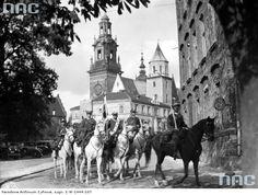 Przejazd oddziałów kawalerii przez miasto do katedry wawelskiej.