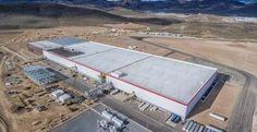 Elon Musk megnyitotta Gigafactory nevű gyárát, hogy a Tesla és a Powerwall akkumulátorai saját vezetésű, olcsóbb árú és kiszámítható helyről származzanak.