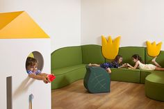 Image 14 of 25 from gallery of Kfar Shemaryahu Kindergarden / Sarit Shani Hay. Photograph by Amit Geron Kindergarten Interior, Kindergarten Design, Play Spaces, Kid Spaces, Kids Play Area, Kids Room, Design Maternelle, Micro Creche, Hunter Kids
