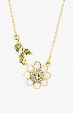 In love with this sparkly daisy necklace.