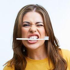 Statt Zahnpasta: Dieses Hausmittel macht eure Zähne weißer | BRIGITTE.de