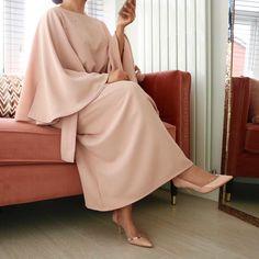 Robe hijab fashion look muslima Hijab Dress Party, Modest Outfits, Modest Clothing, Embellished Dress, Hijab Fashion, Midi Skirt, Duster Coat, Bell Sleeves, Fashion Looks