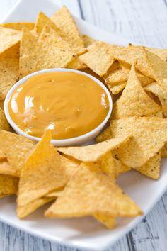 Envie d'un apéro original ? Testez cette recette de nachos au fromage maison ! Une recette assez calorique, mais parfaite pour un apéro à la mexicaine !