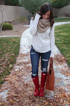 Fall Fashion Outfits for Fall : Chunky Infinty Scarf, Distressed Skinny Jeans, Red Wellies, Cognac Tote, Old Nav. - Women W Fall Winter Outfits, Autumn Winter Fashion, Outfits For Rainy Days, Winter Style, Rainy Outfit, Rainy Day Outfit For School, Winter Wear, Spring Outfits, Mode Outfits