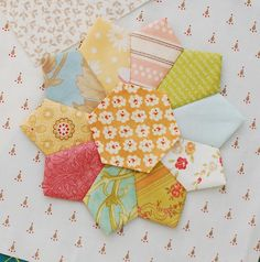 The Pattern Basket: Sunnyside Up - I love the hexagon in the center of a dresden! Hexagon Quilt Pattern, Quilt Block Patterns, Quilt Blocks, Applique Patterns, Tie Quilt, Patch Quilt, Applique Quilts, Dresden Quilt, Quilting Tutorials
