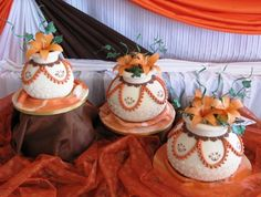 What a fantastic way to bring in a part of your culture with these African clay pots African Wedding Cakes, African Wedding Theme, African Theme, African Weddings, Traditional Wedding Decor, Traditional Cakes, Zulu Wedding, Rose Wedding, Themed Wedding Cakes