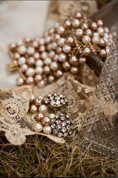 Cuando te estas quejando te conviertes en un imán viviente para la desgracia.  Vintage Bronze Pearl Beads Rhinestone Peace Sign Symbol Pendant Chain Necklace