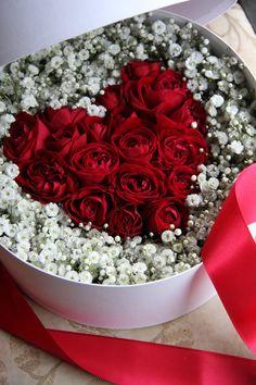 Hermoso corazón de rosas dentro de una caja