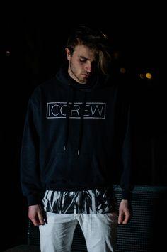 ICCREW Hoodie in schwarz mit oversized T-Shirt von Only & Sons.