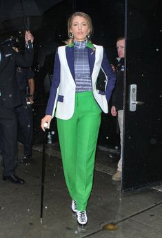 Blake Lively loves her suits. The fashion-forward 'A Simple Favor' actress has worn bright bold loud and stylish suits and menswear over the last month — and now she explains why. High Fashion Looks, Fashion Over, Style Blake Lively, Stylish Suit, Serena Van Der Woodsen, Womens Fashion For Work, Work Fashion, Her Style, Celebrity Style