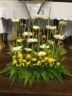 Discover thousands of images about Easter Week Ida Altar Flowers, Church Flower Arrangements, Church Flowers, Simple Flowers, Pretty Flowers, Fresh Flowers, Altar Decorations, Flower Decorations, Deco Floral