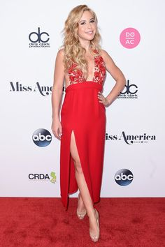 Judge, Olympic Figure Skater Tara Lipinski attends the 2018 Miss America Competition Red Carpet at Boardwalk Hall Arena on September 10, 2017 in Atlantic City, New Jersey.