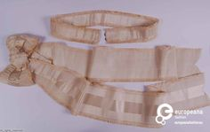 1860s silk belt and bow sash of ribbed silk with a woven satin stripe. ModeMuseum Provincie Antwerpen.