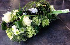 Wijnfles verwerkt in modern bloemstuk