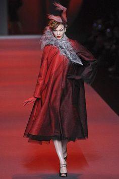 Retrouvez les photos du défilé Christian Dior Haute couture Printemps-été 2011, les meilleurs moments en vidéo, ainsi que les coulisses et les détails du show