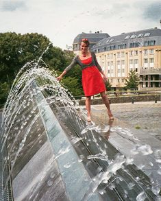 3D Water Fountain Optical Illusion - http://www.moillusions.com/3d-water-fountain-optical-illusion/