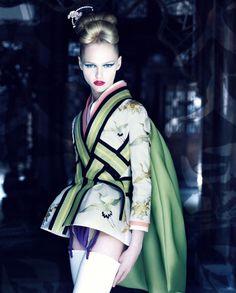 Christian Dior también ha caído en las redes del influjo oriental. Así lo demuestra esta fotografía, en la que posa una modelo caracterizada como una auténtica Geisha