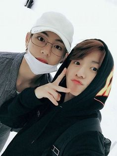 In wherein Jungkook accidentally snapt his nudes to the wrong contact, and Kim Taehyung is the lucky guy who received them. Ranking in bts - May 💫💖 Top: Taehyung Bottom: Jungkook Completed - Bts Taehyung, Bts Bangtan Boy, Jimin Jungkook, Jung Kook, Foto Bts, Bts Photo, Taekook, Namjin, Yoonmin