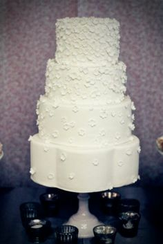 Have always loved this cascading blossom look…what a fun shaped bottom tier!