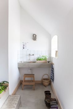 look just how cool a small bathroom can be with some concrete! I really want that sink