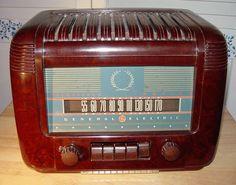 General Electric (GE) Model L-650 Bakelite Table Radio (1942)