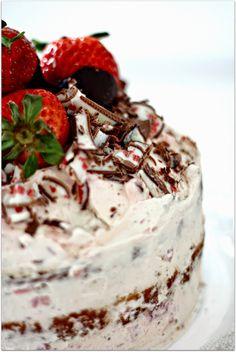 Sieht Yogurette Törtchen von Bake a wish nicht köstlich aus? Mhh...so lecker. :) #Rezept: http://www.kuechenplausch.de/rezept/info/171650-yogurette-toertchen-erdbeeren-schoki-in-the-mix