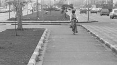 Imagem mostra ciclovia na Avenida Juscelino Kubitschek em 1980 — a primeira ciclovia implantada em São Paulo, que agora vive uma expansão de rotas para bicicletas (Foto: Benedito Salgado/Estado)