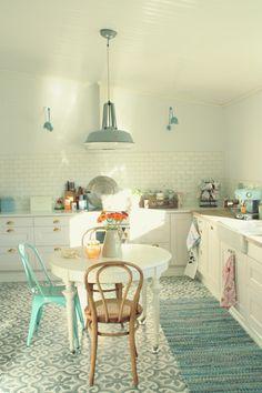 aranżacja białej kuchni z turkusowymi dodatkami i lampami - zdjęcie w serwisie Lovingit.pl (20999)