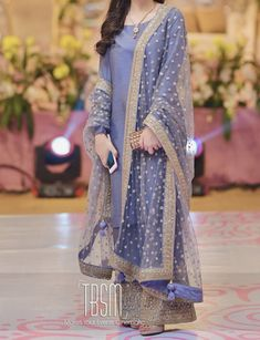 Brides sister at the qawali/ mayun night The post Brides sister at the qawali/ mayun night appeared first on ThealiceOnline. Pakistani Dresses Party, Beautiful Pakistani Dresses, Pakistani Fashion Party Wear, Pakistani Wedding Outfits, Indian Fashion Dresses, Pakistani Dress Design, Indian Designer Outfits, Bridal Outfits, Bollywood Fashion